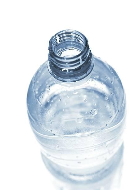 open wet plastic water bottle isolated on white.:スマホ壁紙(壁紙.com)