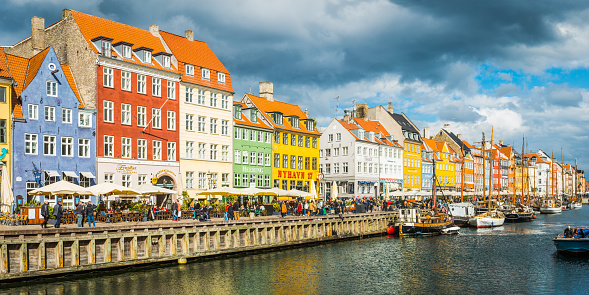 Danish Culture「Copenhagen Nyhavn colourful bars restaurants crowded harbour quayside panorama Denmark」:スマホ壁紙(14)