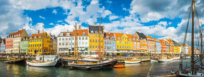 Danish Culture「Copenhagen Nyhavn harbour boats and crowds waterfront restaurants panorama Denmark」:スマホ壁紙(10)