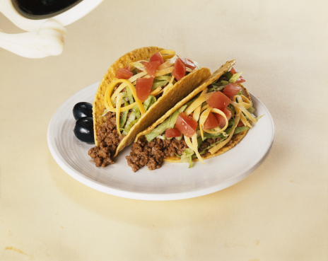 Taco「Tacos stuffed with meat on plate, close-up」:スマホ壁紙(0)