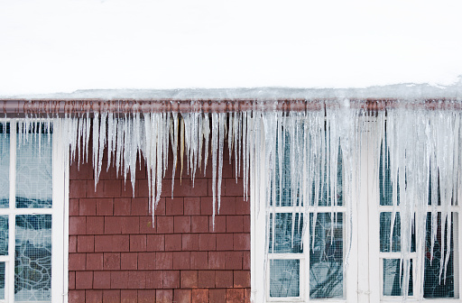 Frozen「Ice Dams, Snow on Roof, Icicles Causing Winter House Damage」:スマホ壁紙(11)