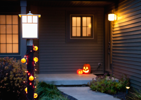 飾りつけ「USA, Illinois, Metamora, Jack o' lanterns on porch」:スマホ壁紙(13)