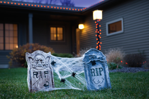ハロウィン「USA, Illinois, Metamora, Halloween gravestone decoration on lawn」:スマホ壁紙(14)