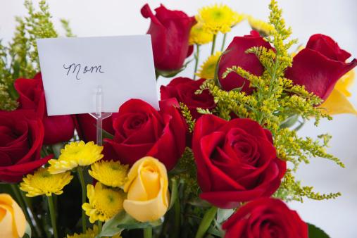 母の日「USA, Illinois, Metamora, Bunch of roses with tag reding 'mom'」:スマホ壁紙(11)