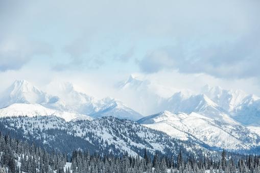 US Glacier National Park「Montana, Glacier National Park, Landscape with mountains and forest in winter」:スマホ壁紙(16)