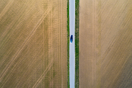 Farm「Road from above through agricultural fields」:スマホ壁紙(4)