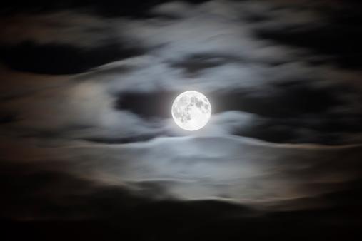 月「Full moon on a cloudy night sky」:スマホ壁紙(6)
