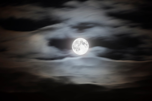 満月「Full moon on a cloudy night sky」:スマホ壁紙(17)