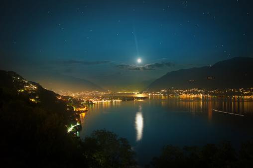 星空「湖の上の満月マジョーレスイス」:スマホ壁紙(12)