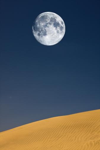 月「満月を砂丘」:スマホ壁紙(13)