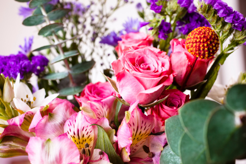 Alstroemeria「Lovely mixed spring bouquet of roses, alstroemeria and eucalyptus」:スマホ壁紙(10)