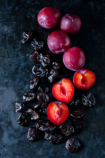Prune「Fresh and dried plums on dark ground」:スマホ壁紙(5)