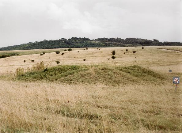 Overcast「One of a group of almost 30 barrows on Snaildown, Wiltshire, 1999. Artist: IJ Leonard」:写真・画像(9)[壁紙.com]
