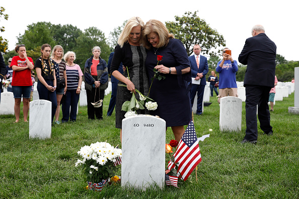 Aaron P「Memorial Day Visitors Pay Their Respects To The Fallen At Arlington Nat'l Cemetery」:写真・画像(18)[壁紙.com]