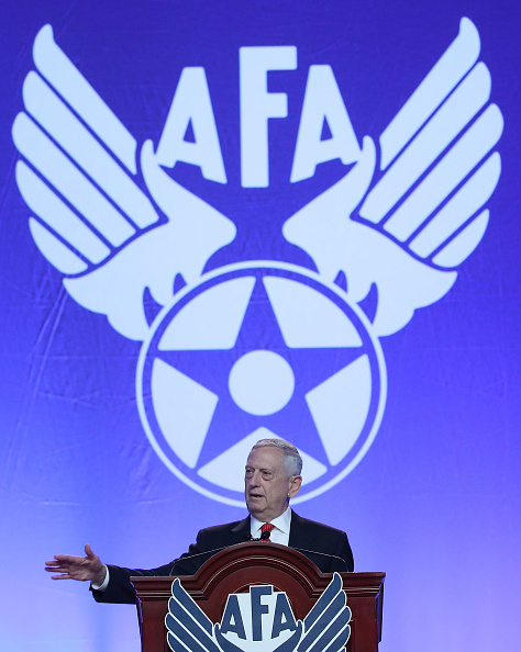 縦位置「Defense Secretary Jim Mattis Speaks At The Air Force Association 2017 Air, Space And Cyber Conference」:写真・画像(18)[壁紙.com]