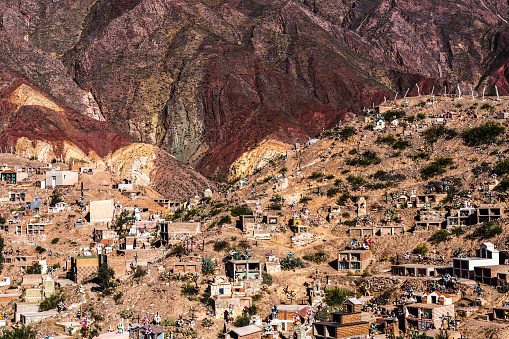 Vibrant Color「Cemetery at Maimara Village in front of brightly coloured mountains of Painted Valley, Humahuaca Ravine, Argentina」:スマホ壁紙(9)