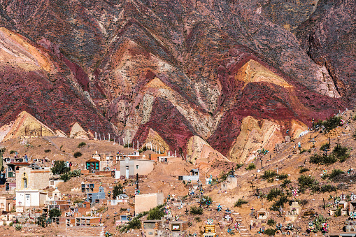 Vibrant Color「Cemetery at Maimara Village in front of brightly coloured mountains of Painted Valley, Humahuaca Ravine, Argentina」:スマホ壁紙(3)