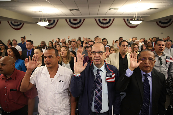 USA「Immigrants To U.S. Become Citizens During Naturalization Ceremony」:写真・画像(15)[壁紙.com]