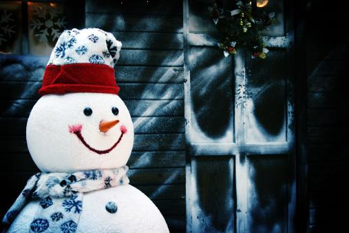 雪だるま「笑顔のスノーマンでホテルの正面と冷たいウィンドウ」:スマホ壁紙(1)