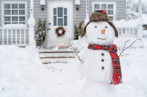 Snowman「Smiling snowman in front of the house on winter day」:スマホ壁紙(7)