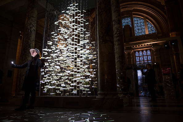 Christmas Decoration「The V&A Put Finishing Touches To Their Singing Christmas Tree」:写真・画像(4)[壁紙.com]
