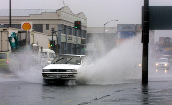 Puddle「Cars spray water about in downtown Auckland as the」:写真・画像(4)[壁紙.com]