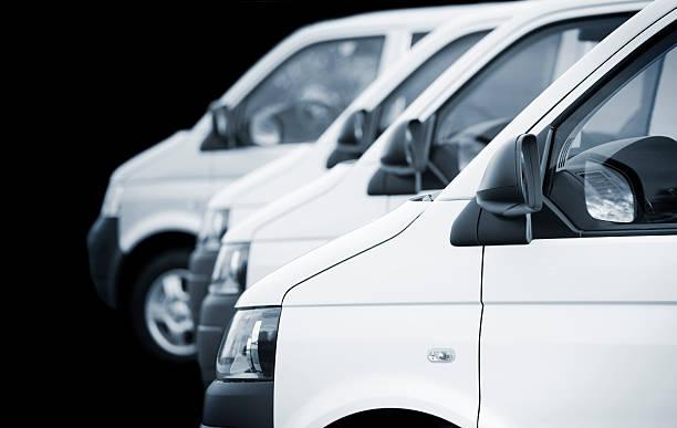 White transporters / vans in a row on black background:スマホ壁紙(壁紙.com)