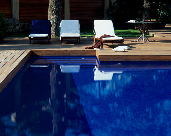 Chair「View of deck chairs beside a clear swimming pool」:写真・画像(12)[壁紙.com]