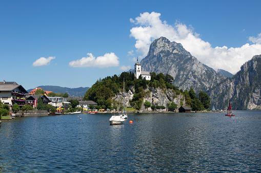 Salzkammergut「Austria, Upper Austria, Traunkirchen, Lake Traunsee with Traunstein and Johannesberg Chapel」:スマホ壁紙(0)
