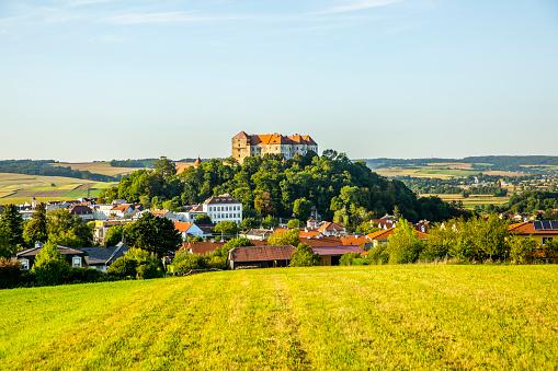 Rolling Landscape「Austria, Upper Austria, Vienna Woods, Neulengbach Castle」:スマホ壁紙(0)