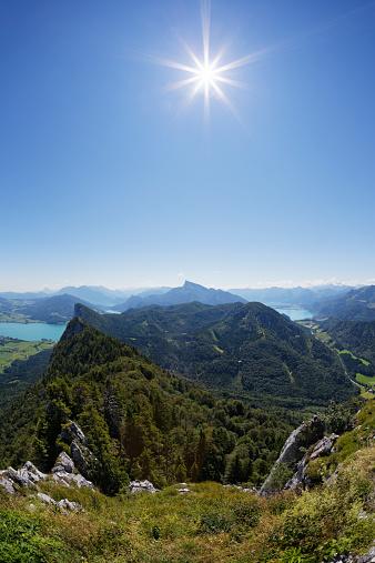 Salzkammergut「Austria, Upper Austria, Salzburg State, Salzkammergut, View to Lake Mondsee left, Drachenwand, Schafberg and Lake Wolfgangsee against the sun」:スマホ壁紙(19)