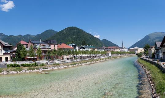 Salzkammergut「Austria, Upper Austria, Bad Ischl, Townscape with River Traun」:スマホ壁紙(7)