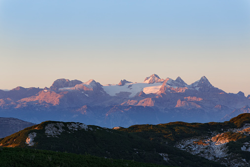 Dachstein Mountains「Austria, Upper Austria, Salzkammergut, view from Alberfeldkogel to Dachstein Mountains in morning light」:スマホ壁紙(12)