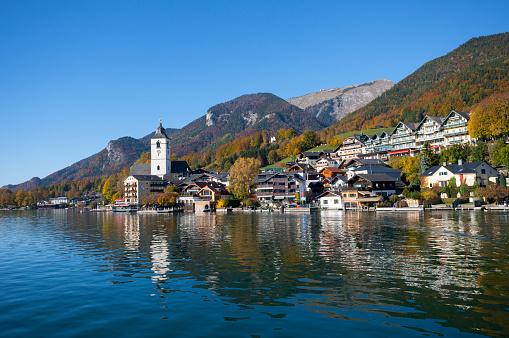 Salzkammergut「Austria, Upper Austria, Salzkammergut, St. Wolfgang with Schafberg, Lake Wolfgangsee, village view」:スマホ壁紙(16)