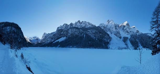 Dachstein Mountains「Austria, Upper Austria, Salzkammergut, Gosau, Lake Gosausee in winter, Dachstein and Gosaukamm」:スマホ壁紙(11)