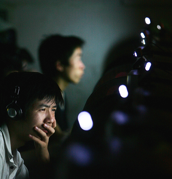 Cancan Chu「Chinese Youngers Play Online Games At An Internet Cafe In Wuhan」:写真・画像(8)[壁紙.com]