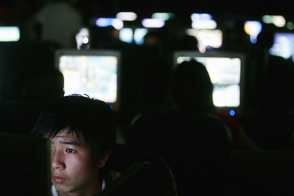 Internet「Chinese Youngers Play Online Games At An Internet Cafe In Wuhan」:写真・画像(4)[壁紙.com]