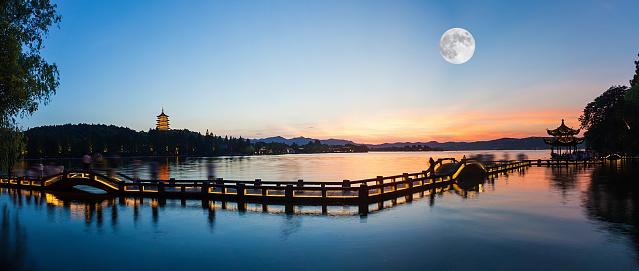 月「West Lake pagoda at night,Zhejiang Province,China」:スマホ壁紙(3)