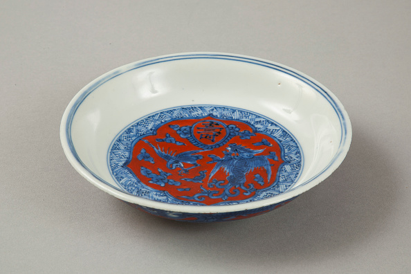 Saucer「Red clobbered blue and white saucer with stork, phoenix and dragons, Jiajing (1522-1566)」:写真・画像(3)[壁紙.com]
