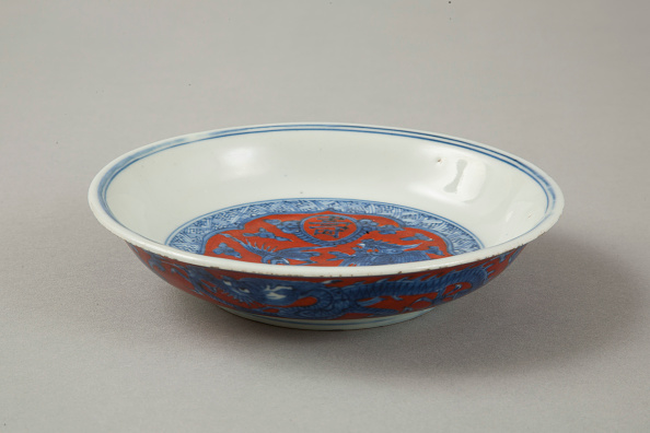 Bowl「Red clobbered blue and white saucer with stork, phoenix and dragons, Jiajing (1522-1566)」:写真・画像(2)[壁紙.com]