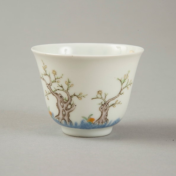 Ceramics「Underglaze blue month cup with polychrome enamelled decoration of a prunus tree」:写真・画像(6)[壁紙.com]
