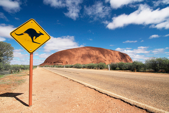 Road「Kangaroo warning sign on road near Uluru, Northern Territory, Australia」:写真・画像(18)[壁紙.com]
