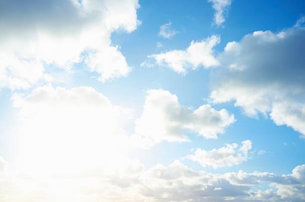 White clouds in blue sky:スマホ壁紙(壁紙.com)