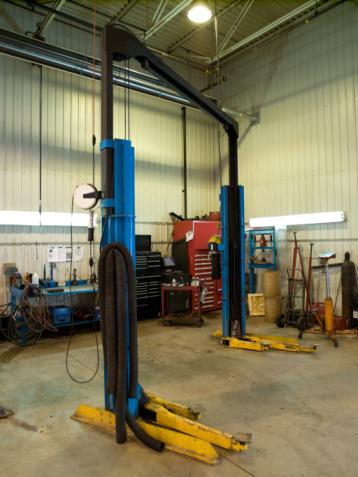 Hydraulic Platform「Hydraulic jack in automotive repair shop」:スマホ壁紙(8)