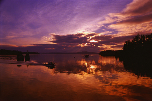 Great Lakes「Lake at sunset on cloudy day with speed boat」:スマホ壁紙(13)