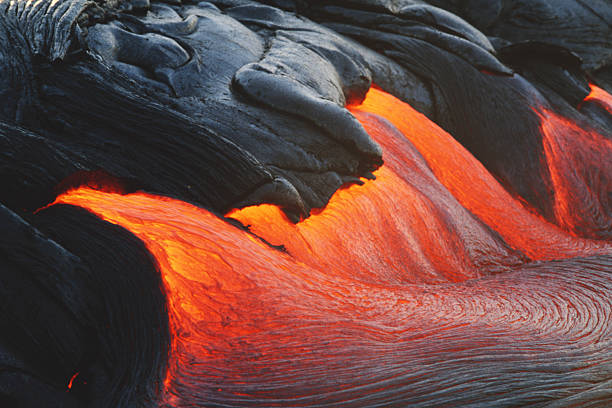 Glowing streams of lava pouring during eruption of Kilauea volcano:スマホ壁紙(壁紙.com)