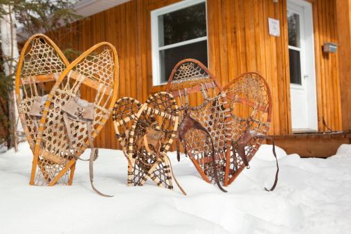 Chalet「Family snowshoes near a chalet」:スマホ壁紙(10)