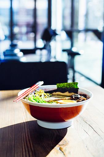 Seaweed「Bowl of ramen on restaurant table」:スマホ壁紙(19)