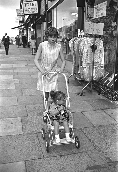 Baby Carriage「Girl And Pushchair」:写真・画像(18)[壁紙.com]