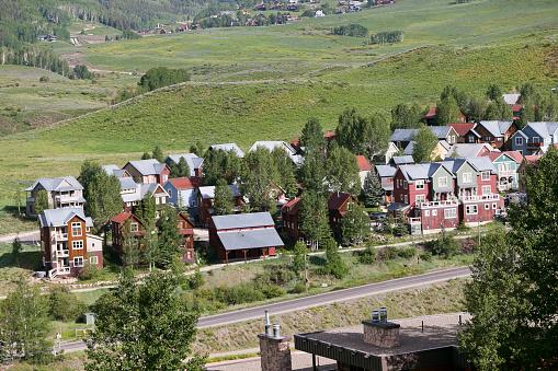 Inexpensive「Affordable neighborhood of mountain homes」:スマホ壁紙(10)